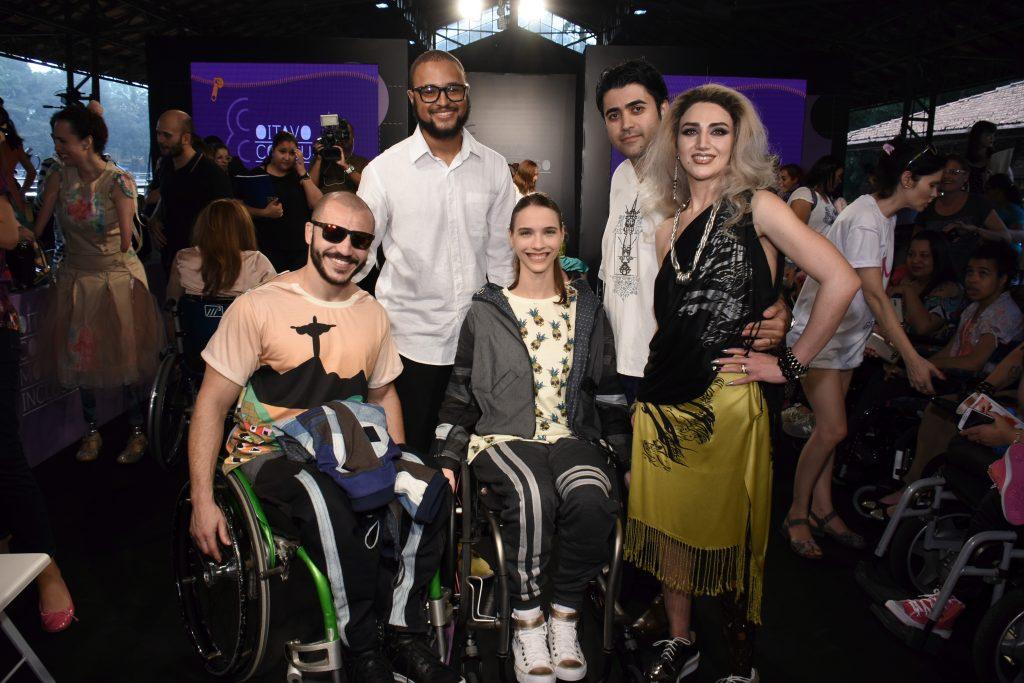 Eduardo Inácio Alves, de Campo Grande, MS, e os dois looks vencedoras do concurso. Representante iraniano ficou com o terceiro lugar - Foto: Divulgação SEDPCD