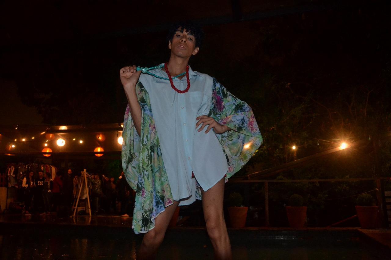 Modelo: Alex Santos Blusa: UpC Chesller Loja Colaborativa Colares: Projeto Espaço Aberto Foto: Laura Silva